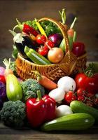 verdure biologiche fresche nel cestino foto