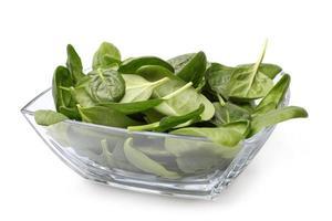 ciotola di vetro di spinaci freschi foto