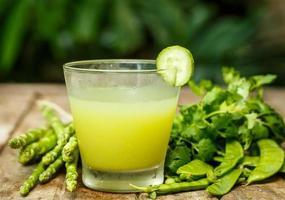 acqua con cetriolo ed erbe. disintossicazione