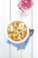 zuppa di tortellini fatta in casa con pollo e verdure foto