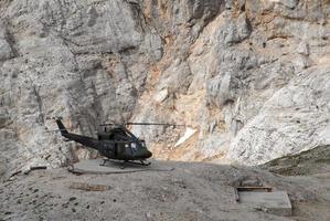 elicottero è atterrato sulla montagna foto