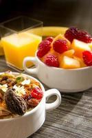frutta fresca e farina d'avena con condimenti sani per la colazione foto