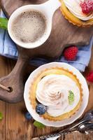 tazza di caffè e deliziosi tortini fatti in casa foto