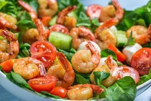primo piano di insalata con gamberi e verdure foto