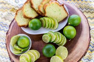 dolce budino al lime fresco appena sfornato foto