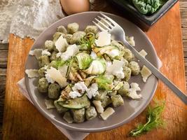 gnocchi di spinaci con ricotta, zucchine e scaglie di parmigiano