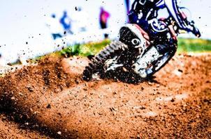 detriti da una gara di motocross foto
