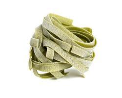 tagliatelle di pasta italiana con gusto di spinaci isolato su bianco foto