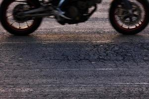 in sella a una motocicletta su strada foto