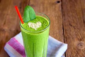 frullato verde con cuore di semi di sesamo foto