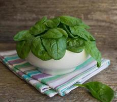 spinaci in un piatto bianco foto