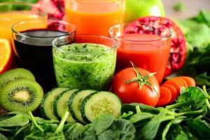 bicchieri con verdure fresche e succhi di frutta biologici