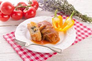 involtini di cavolo vegetariano con spinaci e salsa