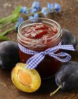 marmellata di prugne biologica naturale con frutti di bosco freschi foto