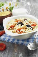 porridge di miglio con albicocche secche e prugne secche foto