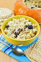 porridge di riso con zucca sul tavolo foto