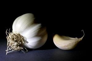 aglio isolato sul nero foto