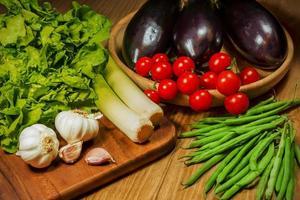 verdure presentate su un tavolo foto