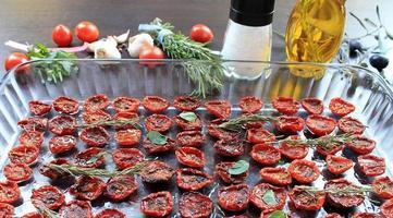 pomodorini essiccati al sole con spezie e olio d'oliva foto