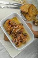parti di pollo arrosto con aglio bio, toast alle erbe e aglio