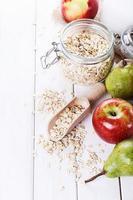 frutta e avena su sfondo bianco in legno foto