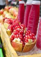 melograni e succo di frutta foto