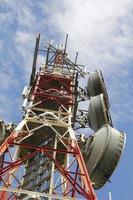 torre delle telecomunicazioni contro il cielo blu