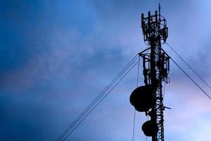 antenna di telecomunicazione nel cielo al crepuscolo foto