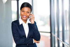 donna di affari africana che parla sul telefono cellulare foto