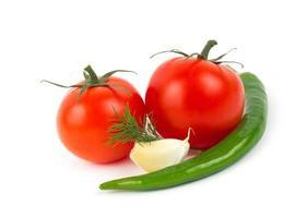 peperoncino, aglio e pomodori isolati foto