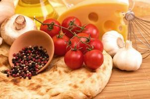 pomodorini, funghi prataioli, spezie e aglio.