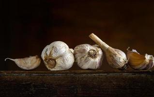 aglio su tavola di legno foto