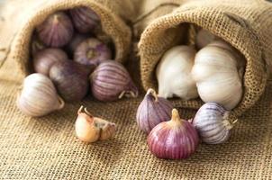gruppo di aglio su bakground tessile