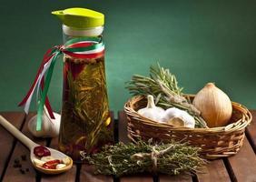 olio d'oliva con condimenti italiani foto