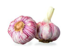 due bulbi d'aglio su uno sfondo bianco foto
