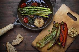 verdura arrostita su fondo rustico foto