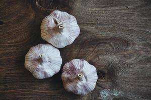 tre teste d'aglio foto