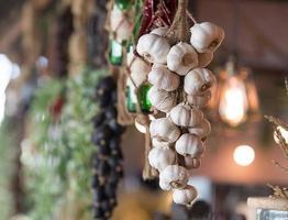 mazzo di aglio adornano la caffetteria foto