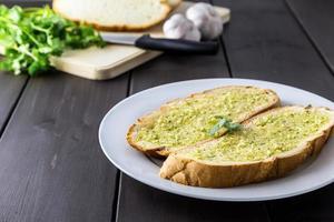 pane all'aglio sulla tavola marrone foto