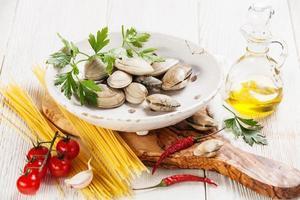 ingredienti per cucinare gli spaghetti alla vongole foto