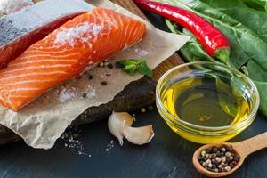 filetto di salmone con spinaci, pepe, aglio, olio foto