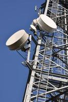 torre di telecomunicazione con antenne foto