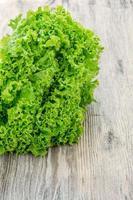 insalata di lattuga su uno sfondo di legno foto