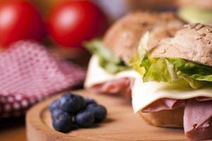 panino sano con prosciutto, lattuga, formaggio foto