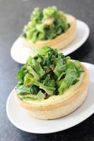 crostate salate al formaggio con cuori di lattuga carbonizzati foto