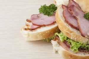 sandwitch delizioso della lattuga e del prosciutto dall'aspetto, primo piano foto
