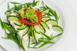 insalata di verdure con cetrioli, lattuga, pomodori e formaggio foto