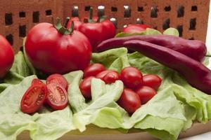 pomodorini freschi con insalata foto
