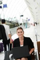 donna d'affari nella stazione pubblica di lavoro con area wifi del computer foto