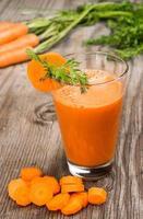 succo di carota fatto fresco foto